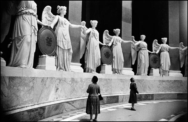 Liberation Hall, 34 victories in marble, one for each of the German states - from a circle, holding between them 17 tablets inscribed with the names of the battles fought in the victorious War of Liberation against Napoleon from 1813 to 1815, Kelheim, West Germany, 1959 © The Inge Morath Foundation. Courtesy Magnum Photos