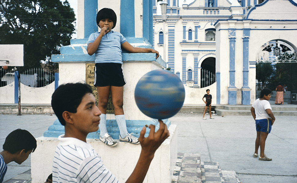 Alex Webb, Tehuantepec, Oaxaca, 1985; from Alex Webb: La Calle (Aperture/Televisa Foundation, 2016)